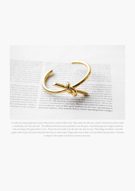 핫키스gold intorsion bangle